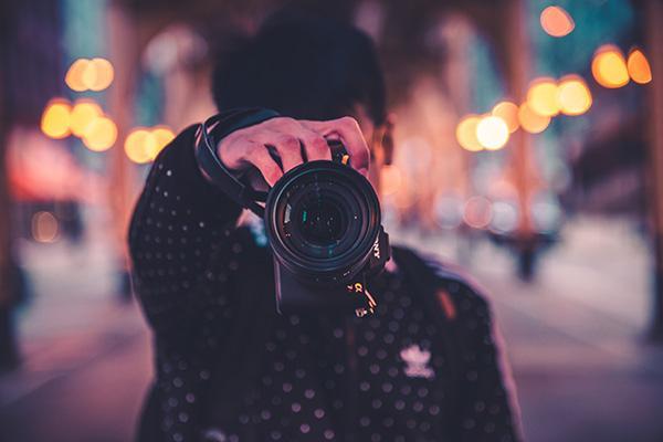 カメラを構えている男性
