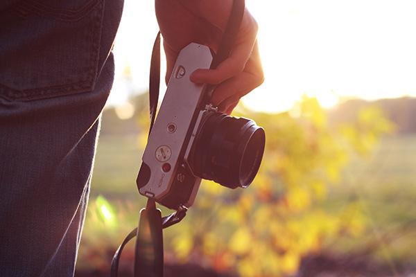 カメラを手に持っている