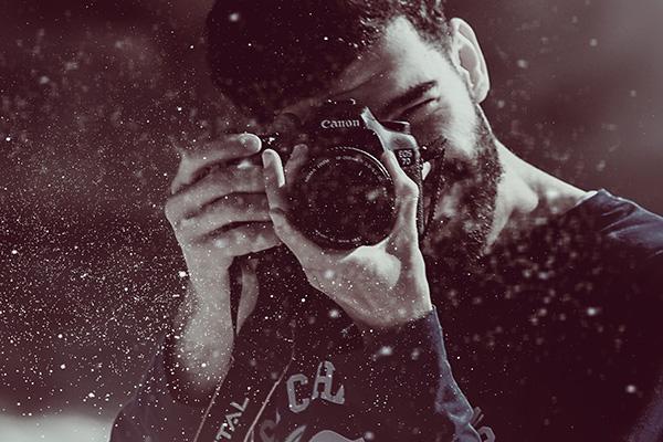 カメラをのぞく男性