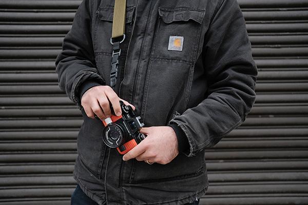 カメラを手にしている男性