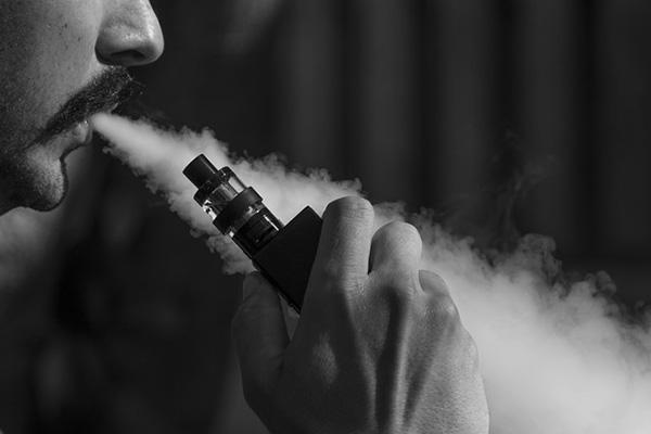 VAPEを吸う男性