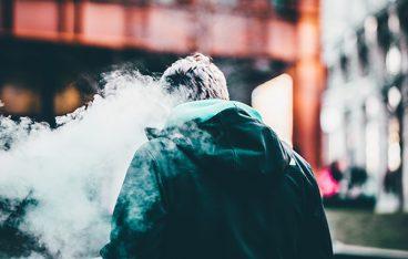 煙にまみれた男性