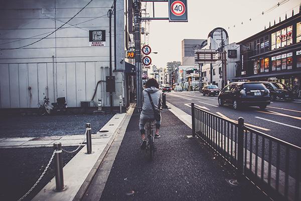 クロスバイクと男性の後ろ姿