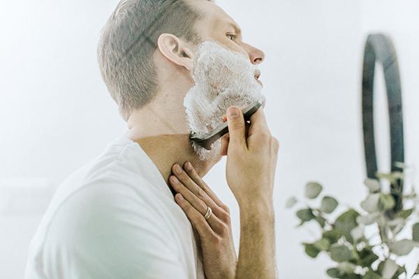 髭剃りをする男性